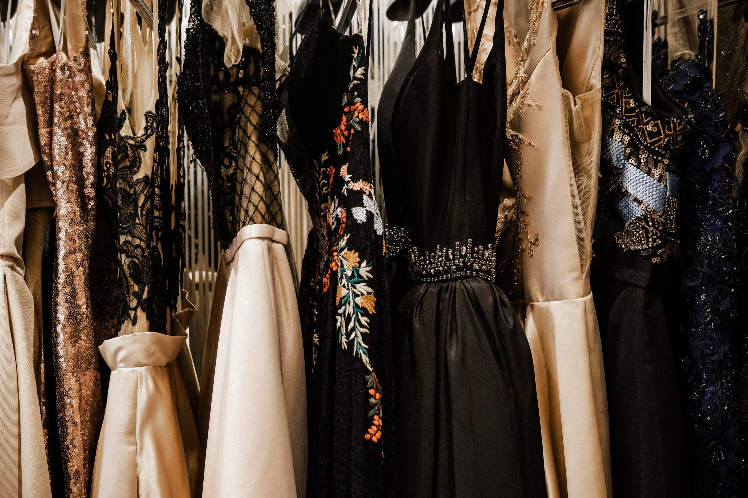 Co ubrać do koronkowej sukienki?